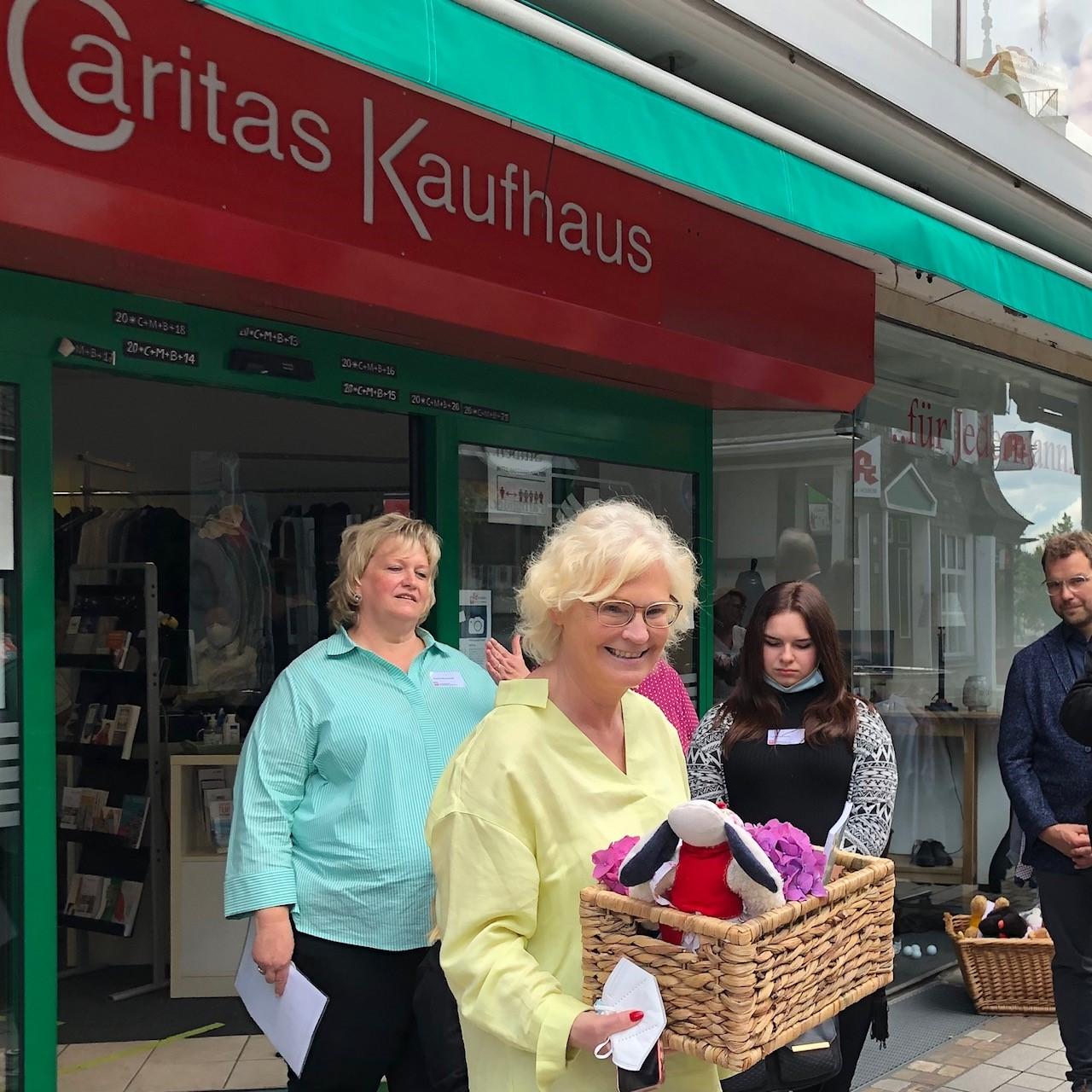 Christine Lambrecht besucht das Caritas-Kaufhaus in Gummersberg.
