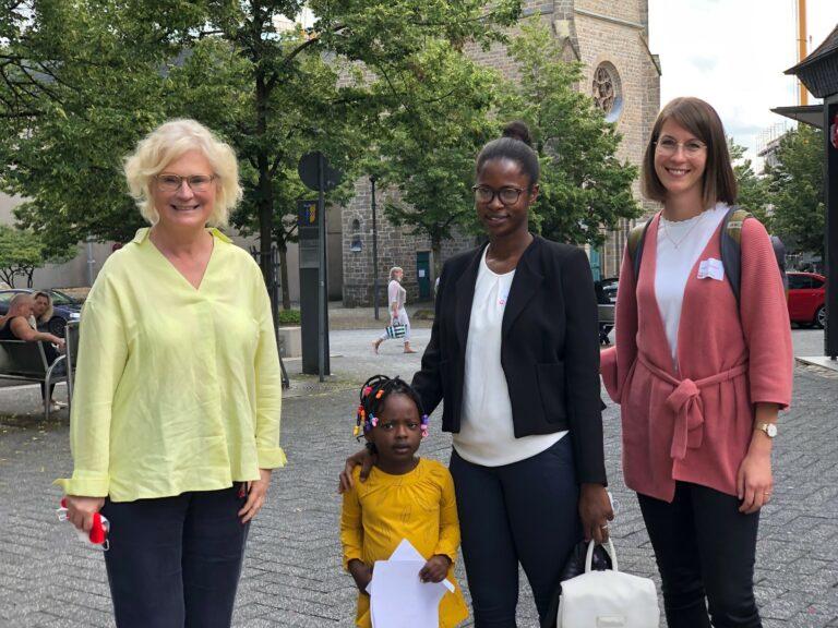 Bundesfamilienministerin Christine Lambrecht zusammen mit dem Patenschafts-Duo Katharina Vankerkom und Hassatou Diallo.