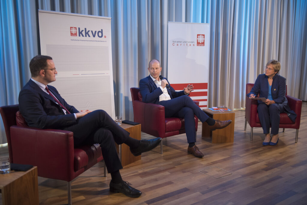 Bundesgesunheitsminister Jens Spahn diskutiert mit kkvd-Vorstandsmitglied Ansgar Veer und Eva M. Welskop-Deffaa, Vorstandsmitglied für Sozial- und Fachpolitik des Deutschen Caritasverbandes.
